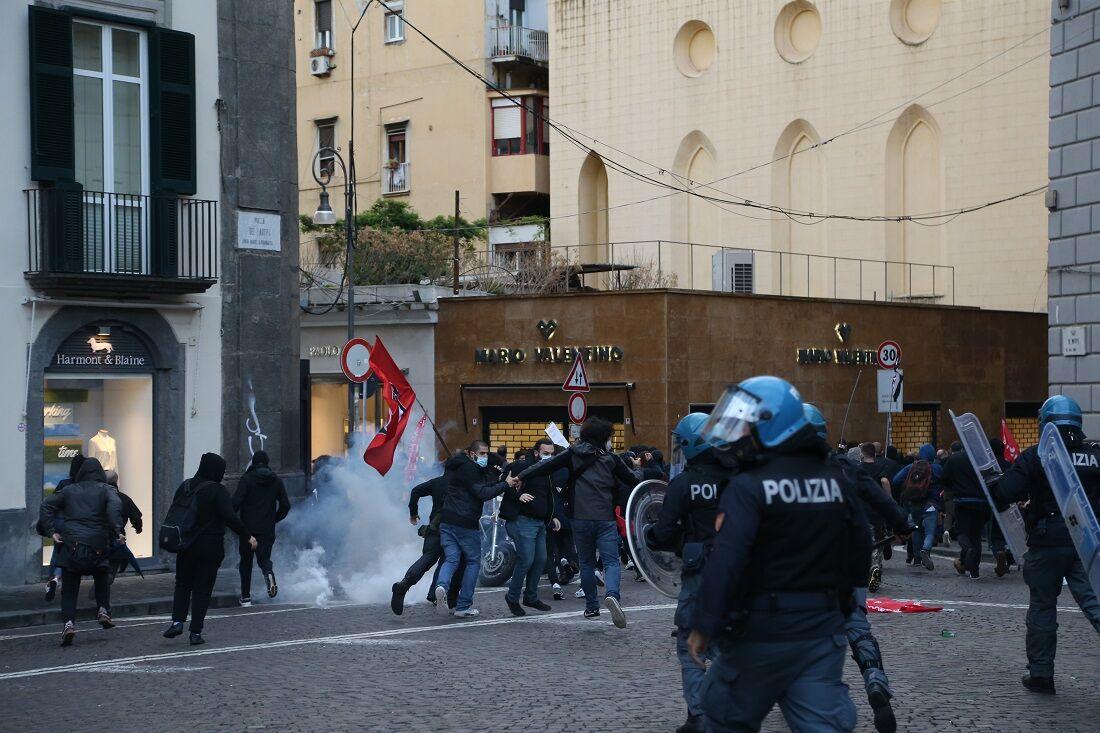 Italianos se revoltam contra restrições