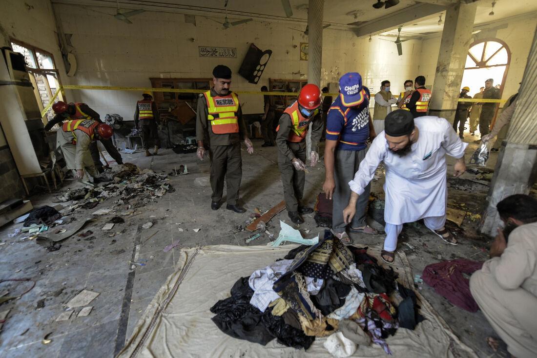 Equipes de resgate coletam restos mortais após explosão em escola religiosa em Peshawar