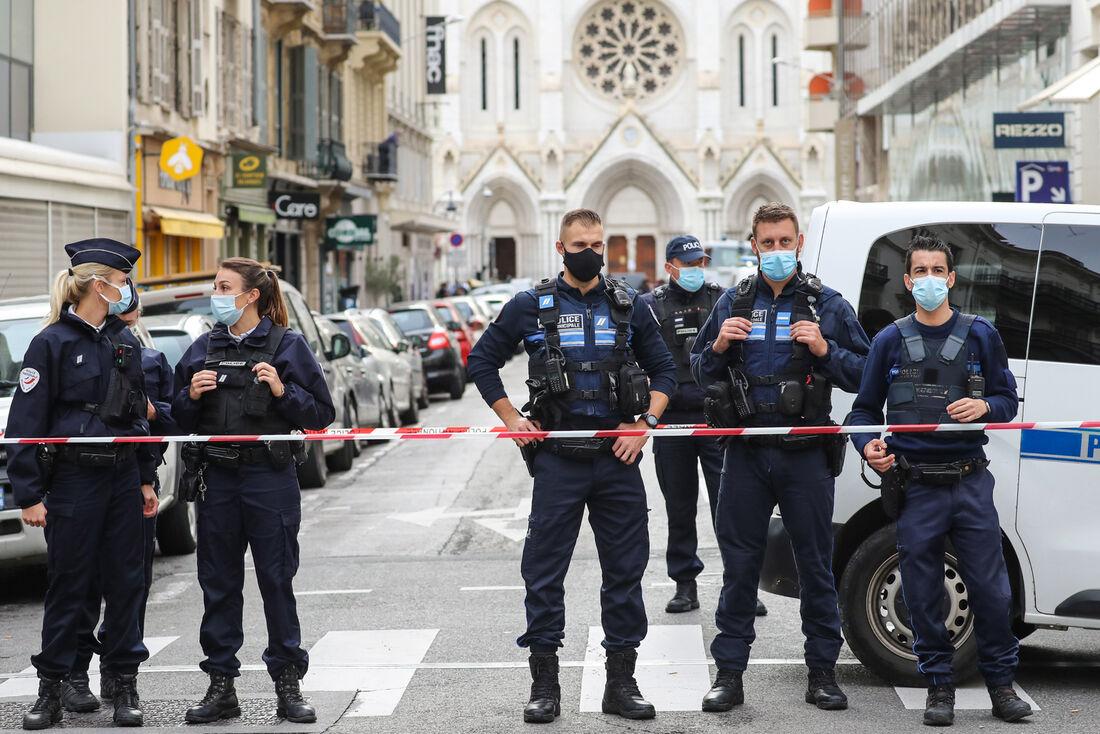 Policiais bloqueando a entrada da Basílica Notre-Dame de l'Assomption, em Nice