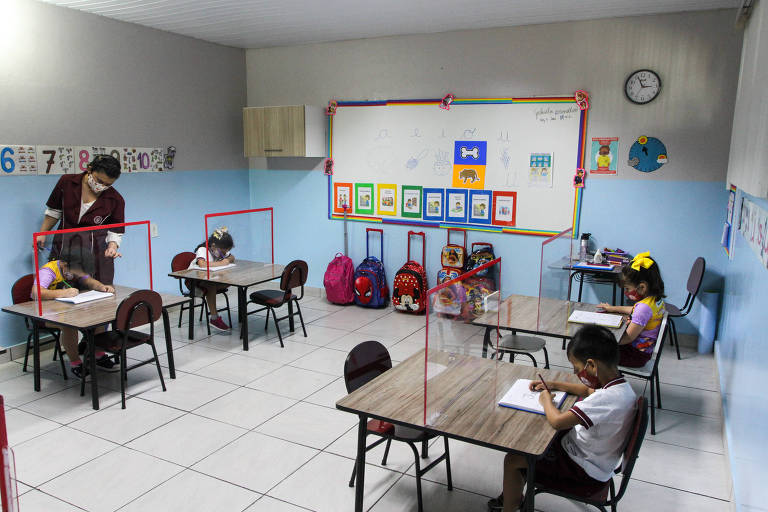 Barreira de acrílico na sala de aula