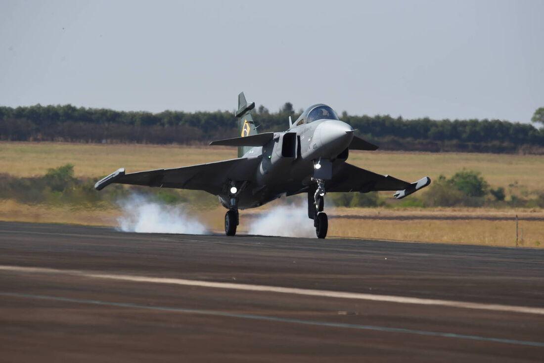 O primeiro caça Gripen brasileiro toca o solo em Gavião Peixoto (SP)