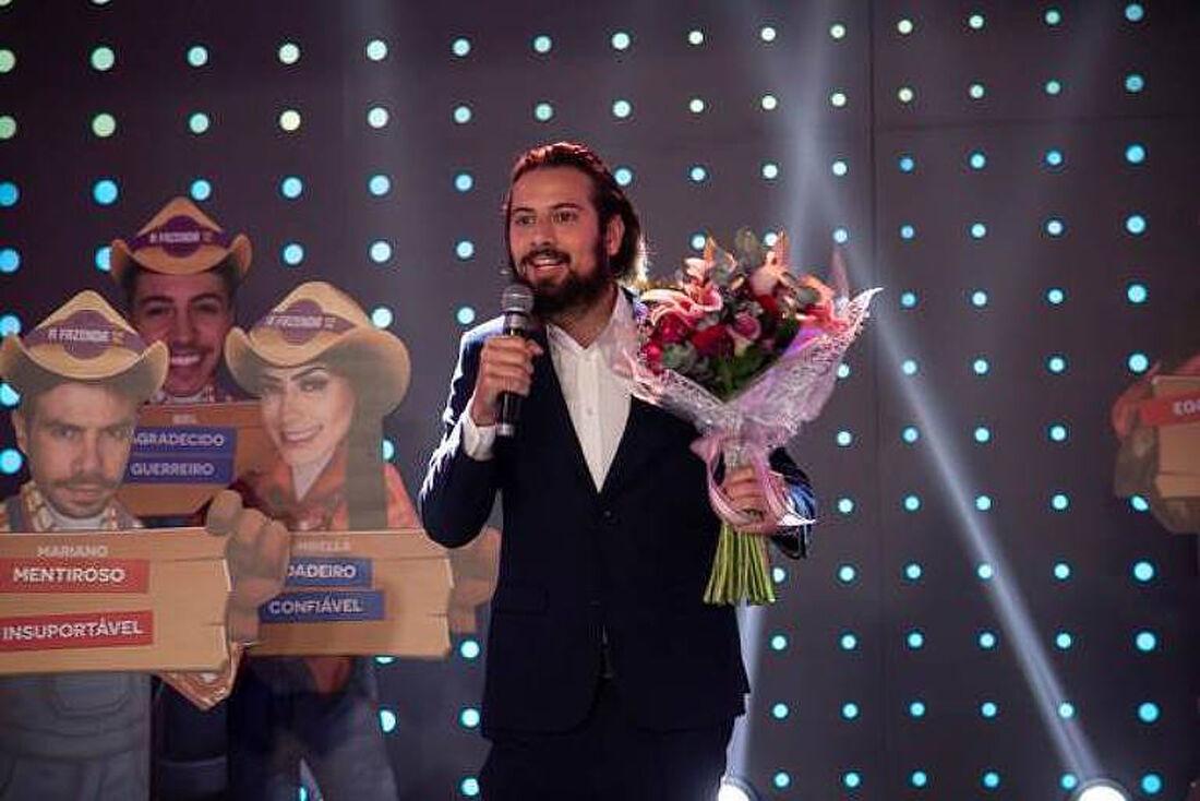 Cartolouco com flores surpreende Luiza Ambiel no palco do programa Hora do Faro