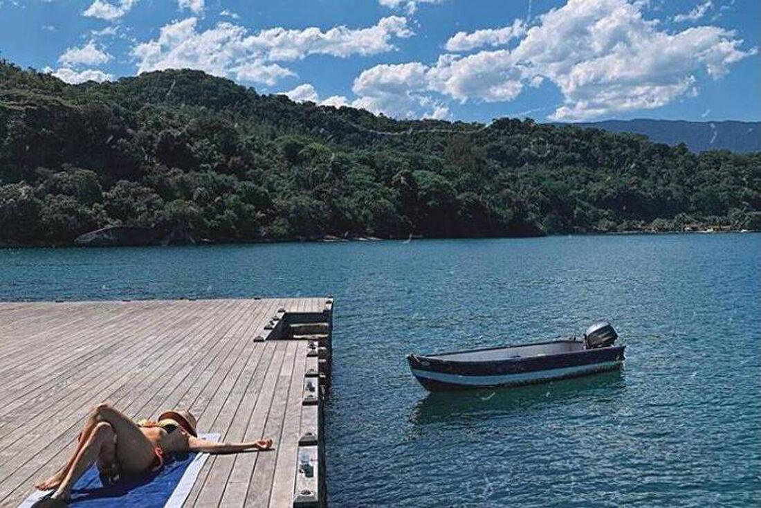 Bruno Gagliasso mostra Gio Ewbank tomando sol durante férias do casal