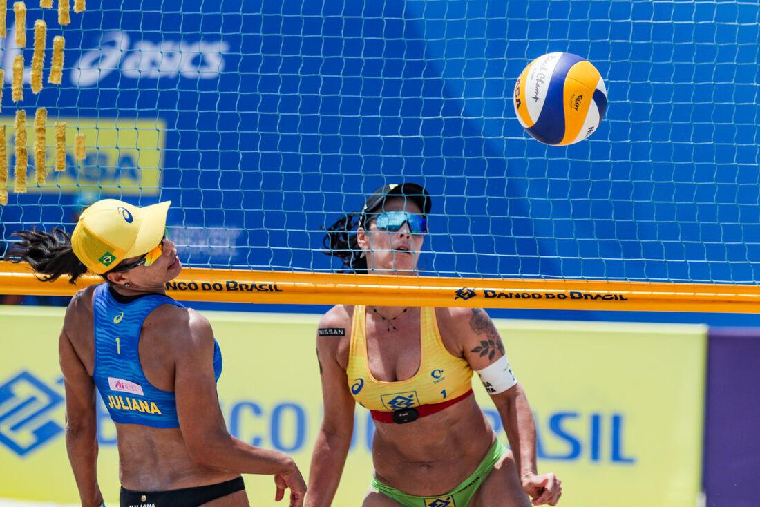 Juliana (azul) e Ágatha, em lance na final da segunda etapa do Open 2020/2021 de vôlei de praia