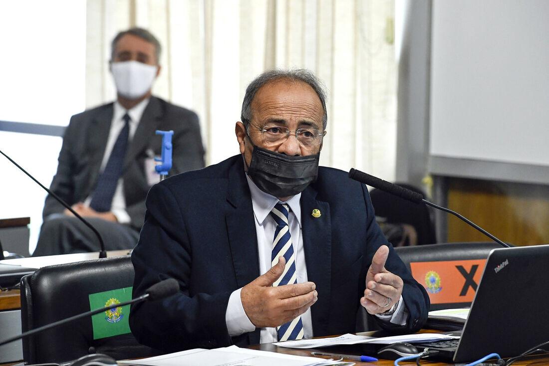 Senador Chico Rodrigues usando máscara de maneira incorreta