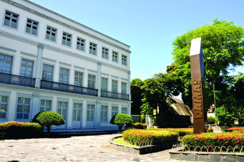 Fachada do Colégio Damas, no Recife