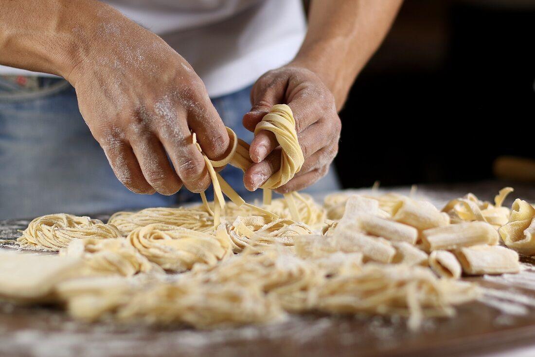 Macarrão, feito com farinha de trigo, é uma das fontes de carboidrato mais consumidas