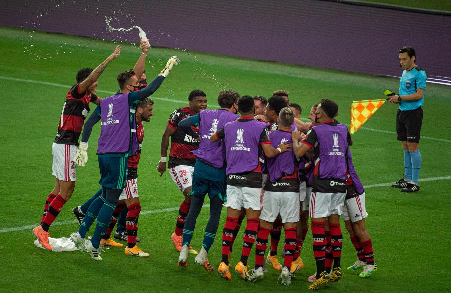 Elenco flamenguista comemorando classificação antecipada às oitavas da Libertadores