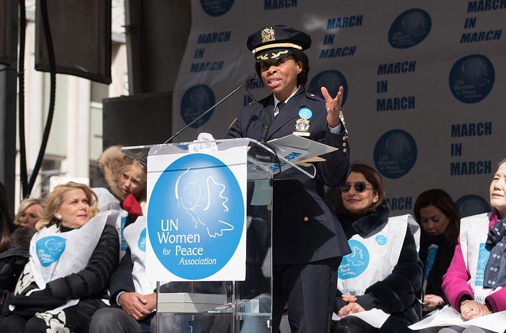Juanita Holmes em posse para principal cargo da polícia de Nova York