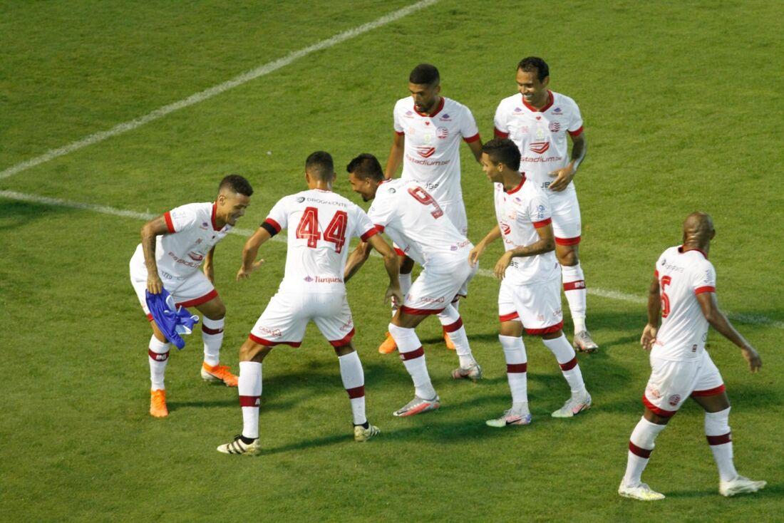 Jogadores comemoram gol de Kieza contra o Oeste