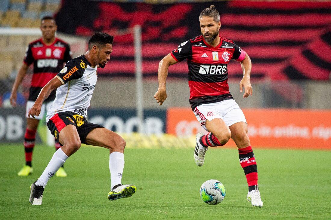 Hernane briga pela bola com Diego, na derrota do Sport para o Flamengo no primeiro turno