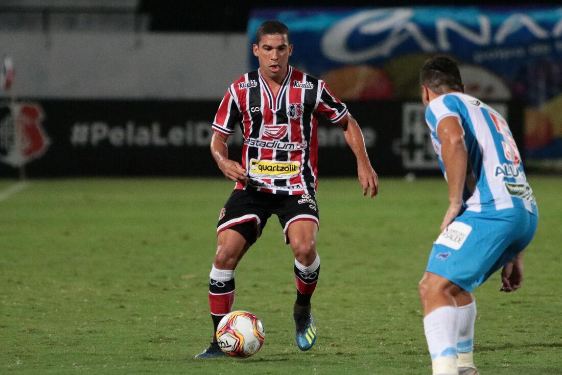 Lateral-direito Toty em ação contra o Paysandu