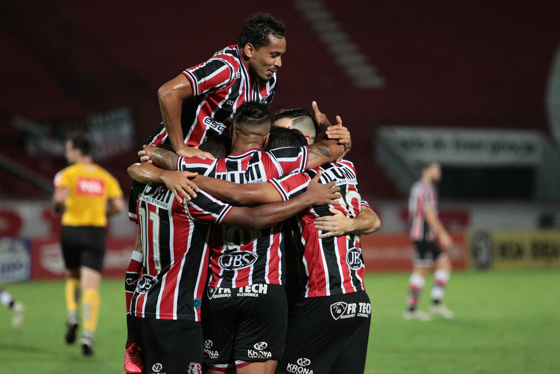 Jogadores comemoram gol de Didira contra Botafogo/PB