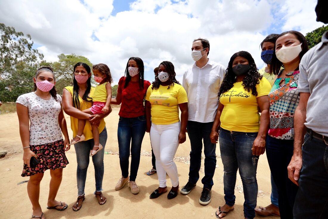 Paulo Câmara entrega primeira regularização de terras quilombolas pelo Estado