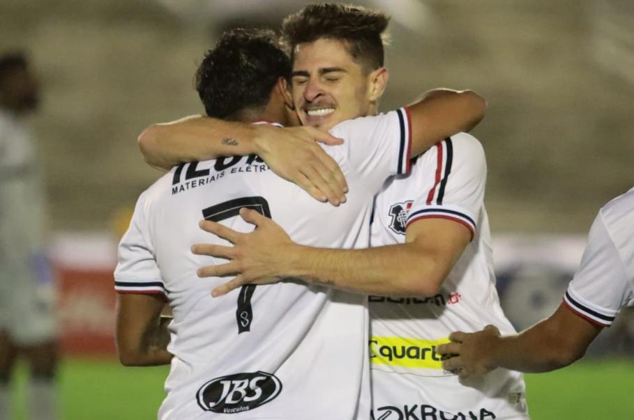Comemoração do gol do Santa Cruz entre Lourenço e Leonan