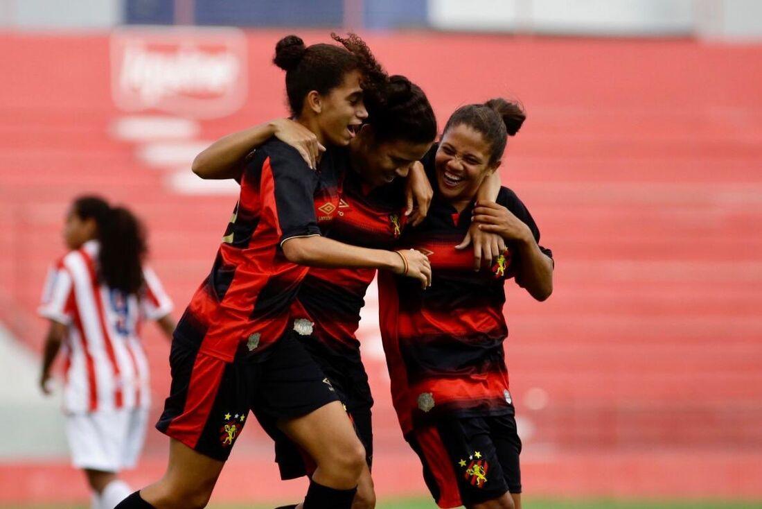 Jogadoras do Sport comemoram gol contra o Náutico