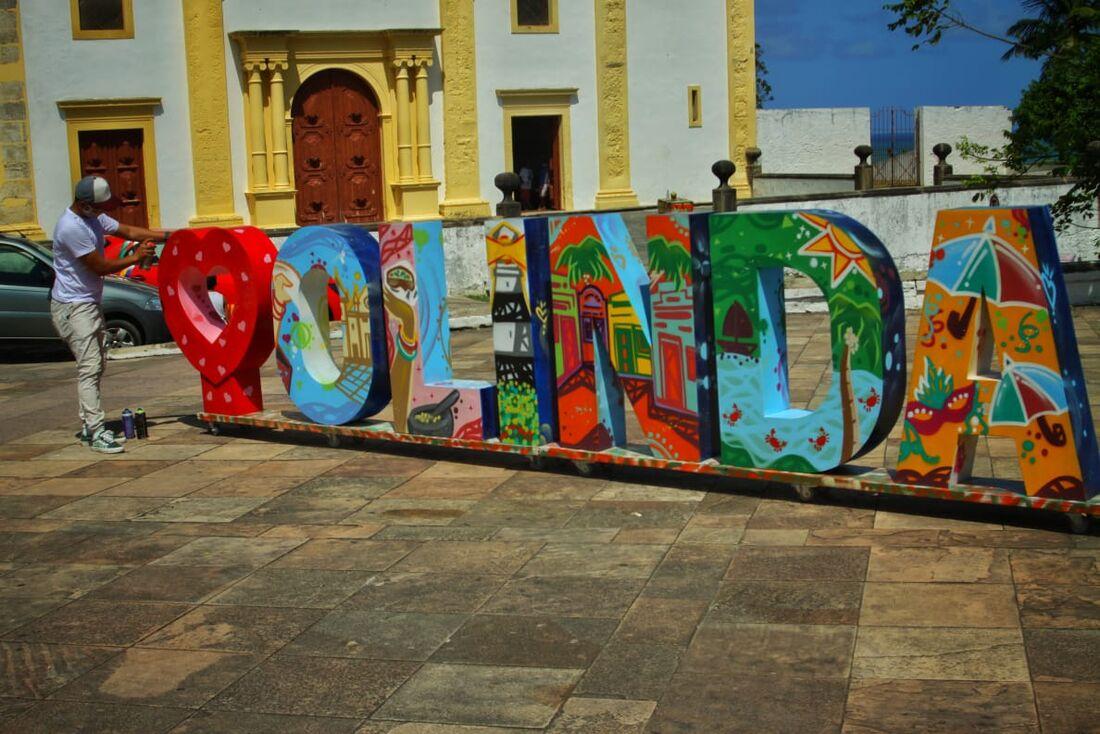 O grafiteiro Carlos André foi o responsável pela pintura do letreiro