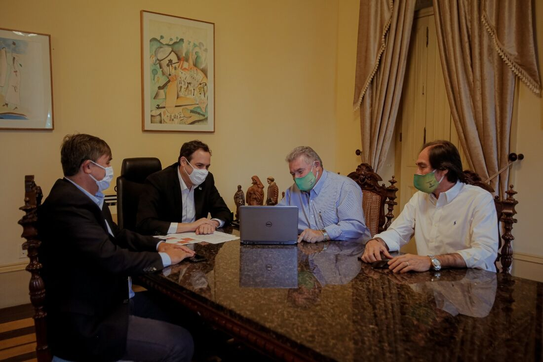 Paulo Câmara sendo apresentado ao sistema de licenciamento digital