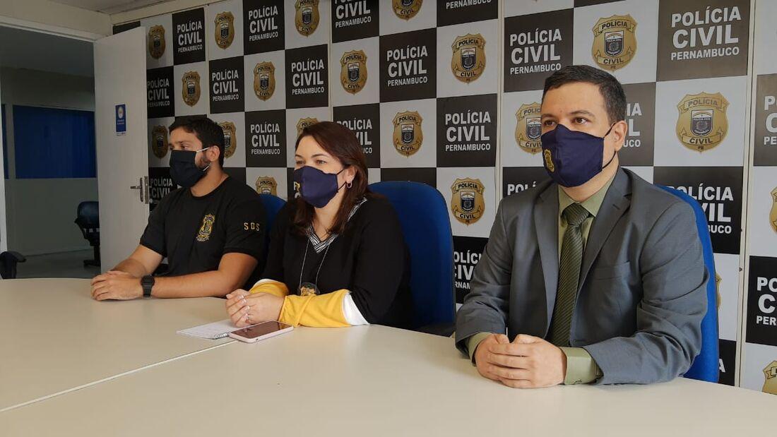 Delegado Bruno Magalhães (à direita) explicou a dinâmica do crime
