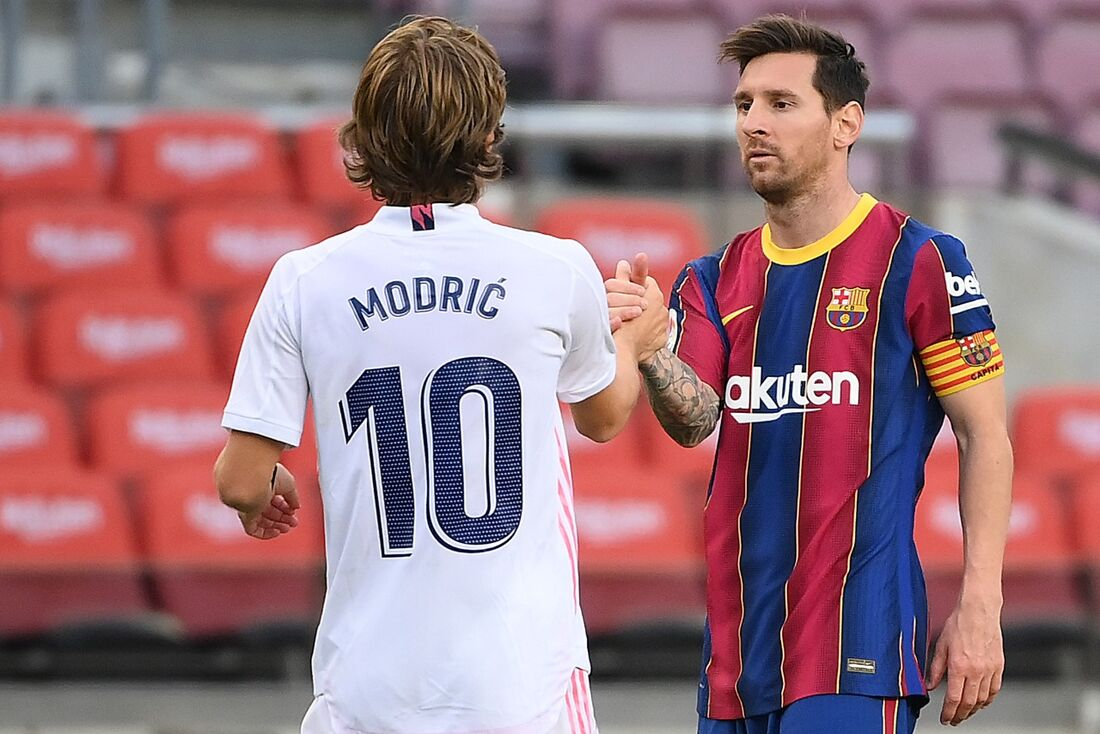 Lionel Messi parabenizando o atacante croata do Real Madrid, Luka Modrić