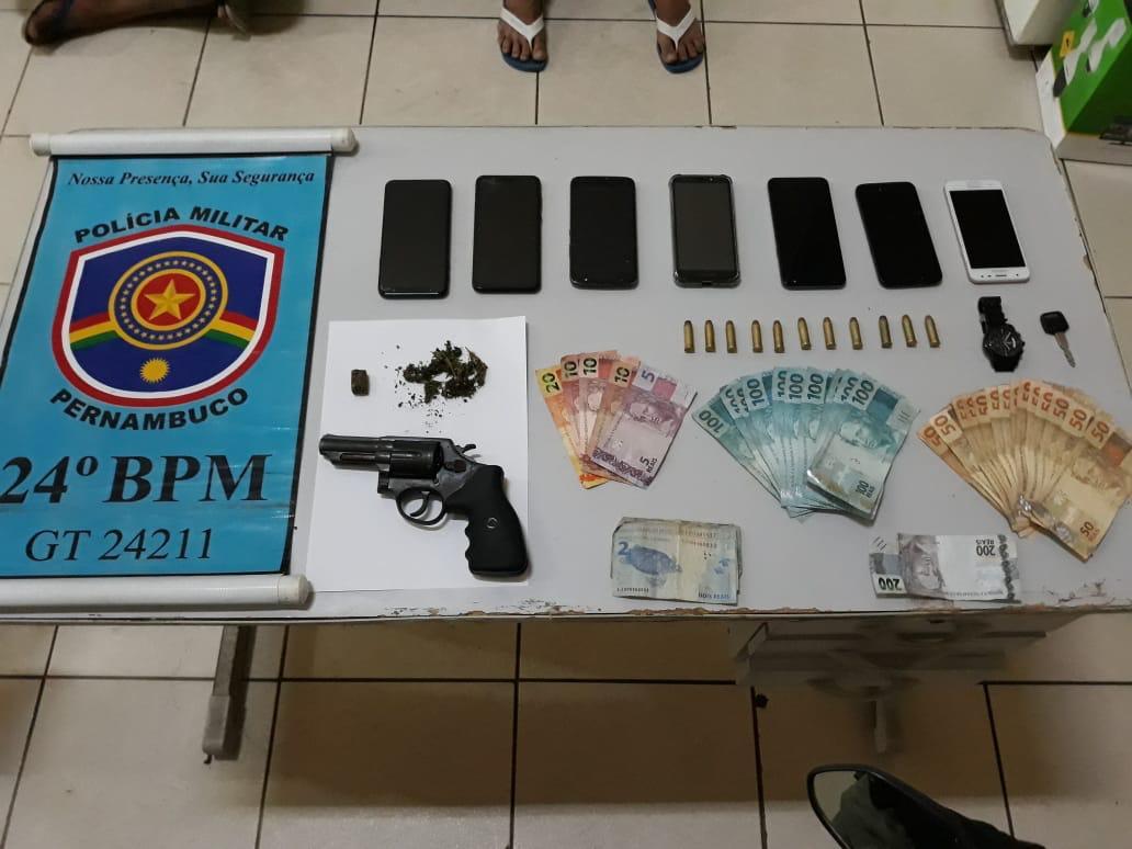 Polícia apreendeu dinheiro, armas, celulares e drogas