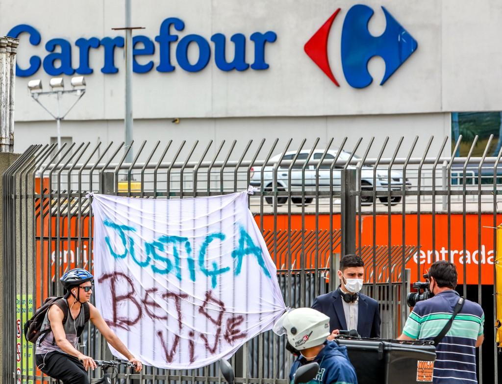 Protestos na unidade do Carrefour onde Beto foi morto, no Rio Grande do Sul
