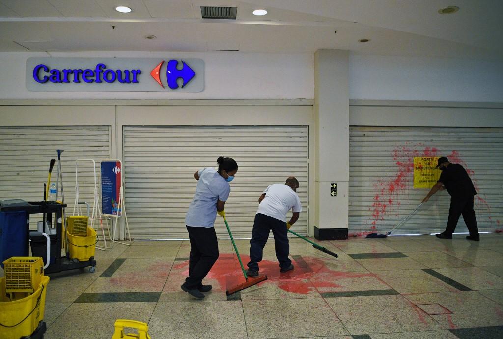 Funcionários limpam local onde Beto foi assassinado