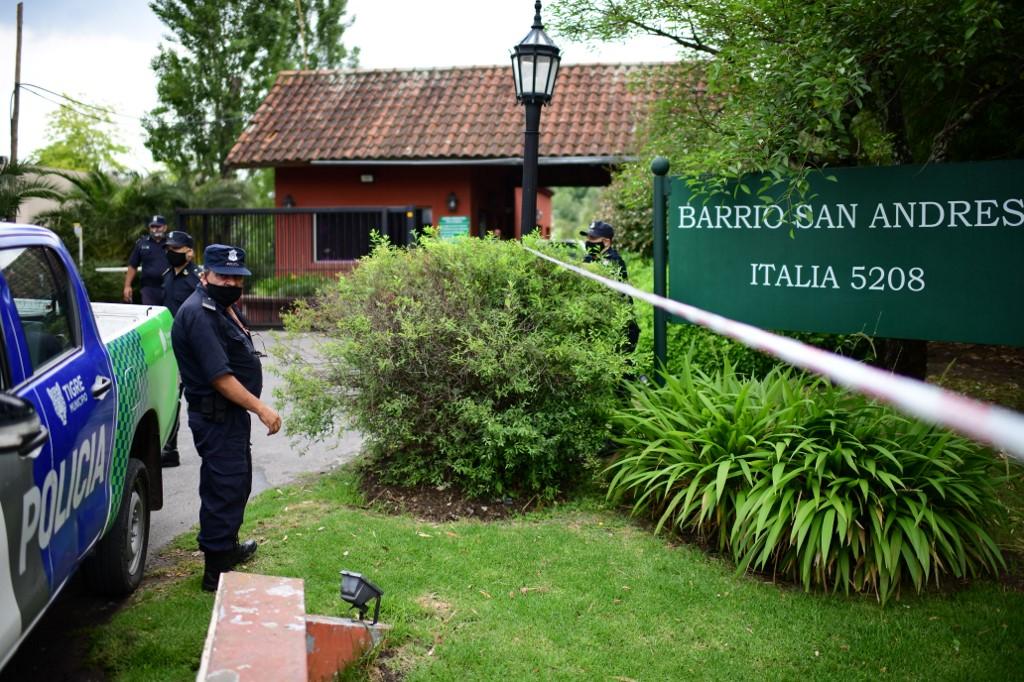 Policiais em frente à casa de Maradona momentos após a sua morte