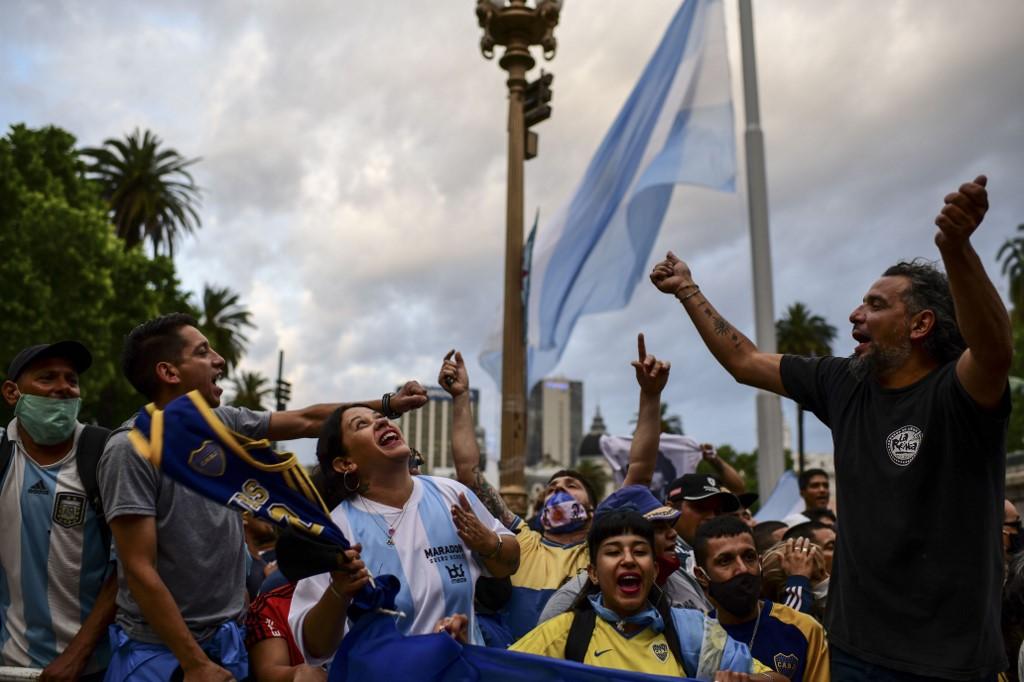Multidão se concentra em frente à Casa Rosada