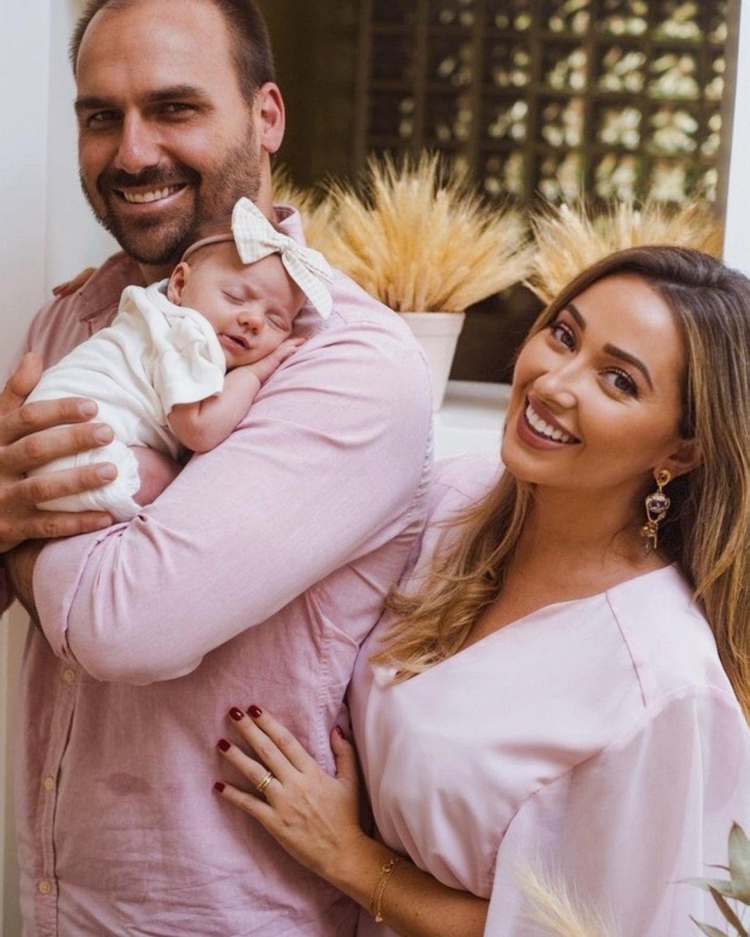 Heloisa e Eduardo Bolsonaro com a filha