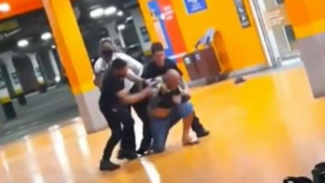 João Alberto Silveira Freitas sendo espancados por seguranças