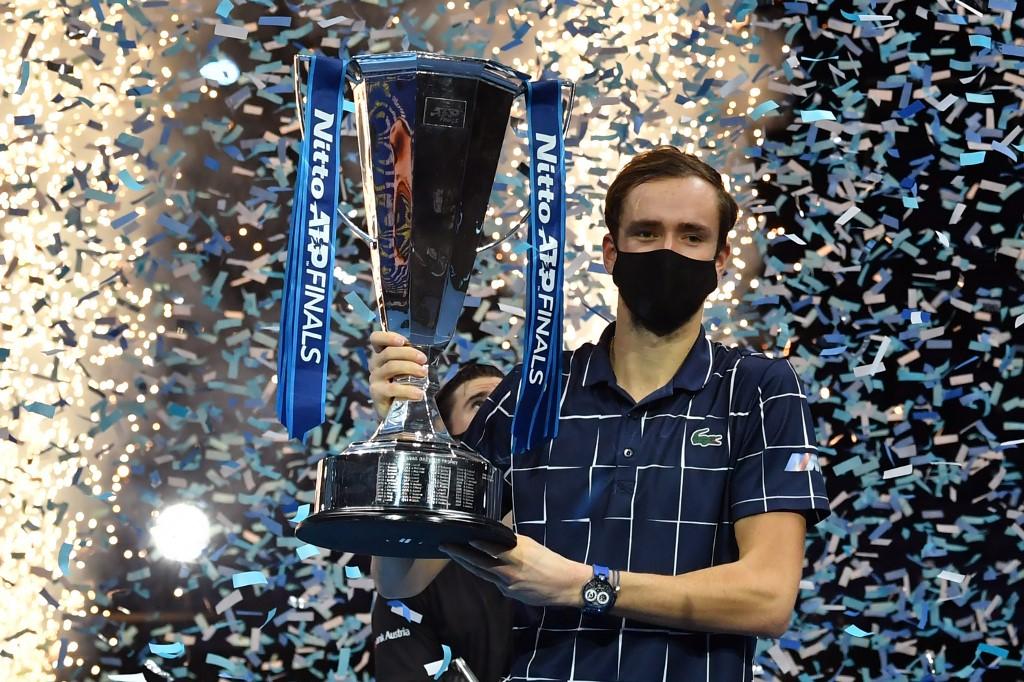 Medvedev com o troféu de campeão do ATP Finals