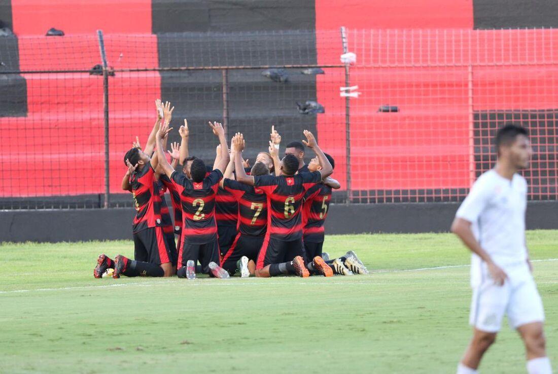 Jogadores do sub-20 comemoram um dos gols da vitória sobre o Santos
