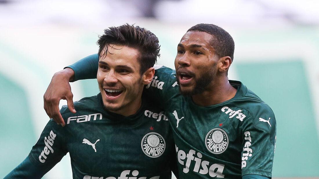 Raphael Veiga comemora o primeiro gol do jogo