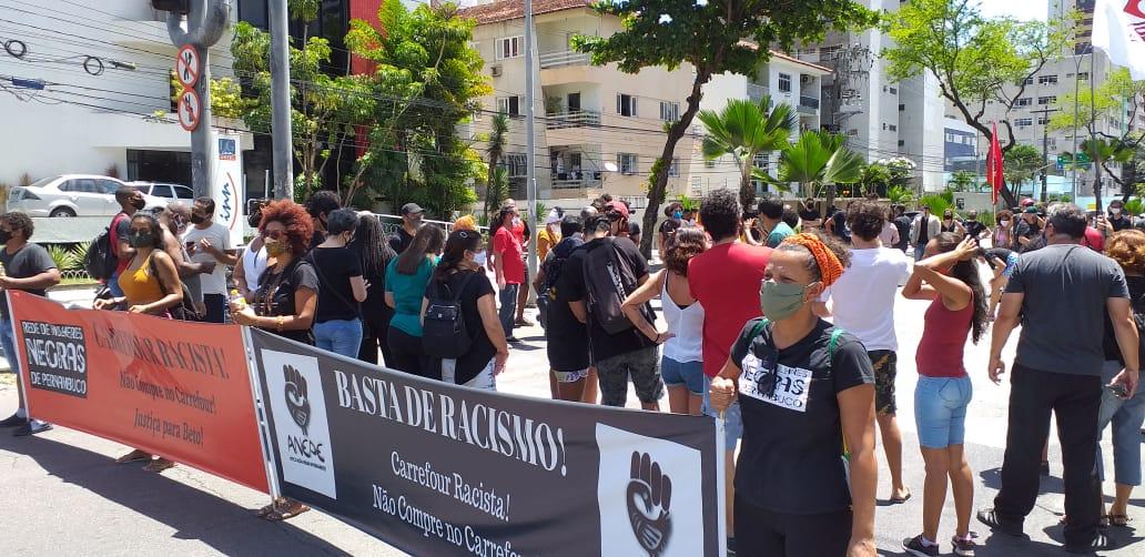 Protesto reuniu manifestantes em frente ao Carrefour de Boa Viagem