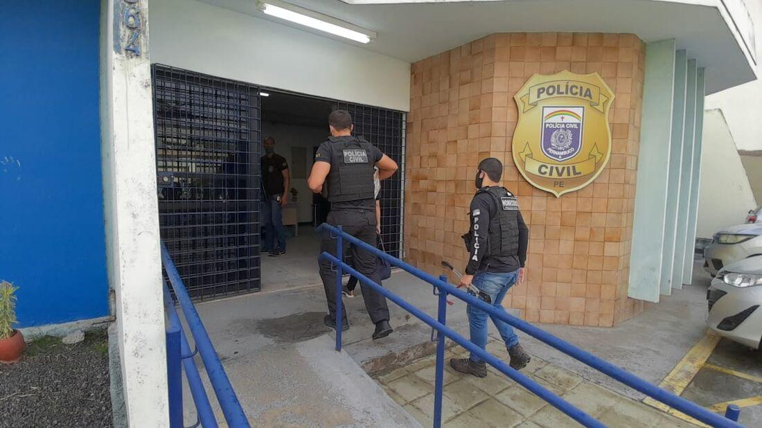 Material apreendido pelos policiais é levado para o Dracco, no Recife
