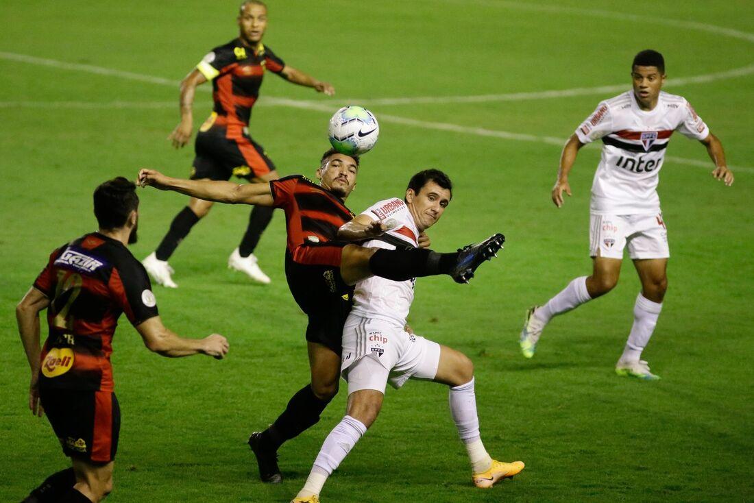 No primeiro turno, São Paulo venceu na Ilha do Retiro por 1x0