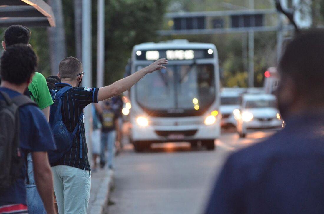 Passageiro pede ônibus na avenida Agamenon Magalhães, no Recife