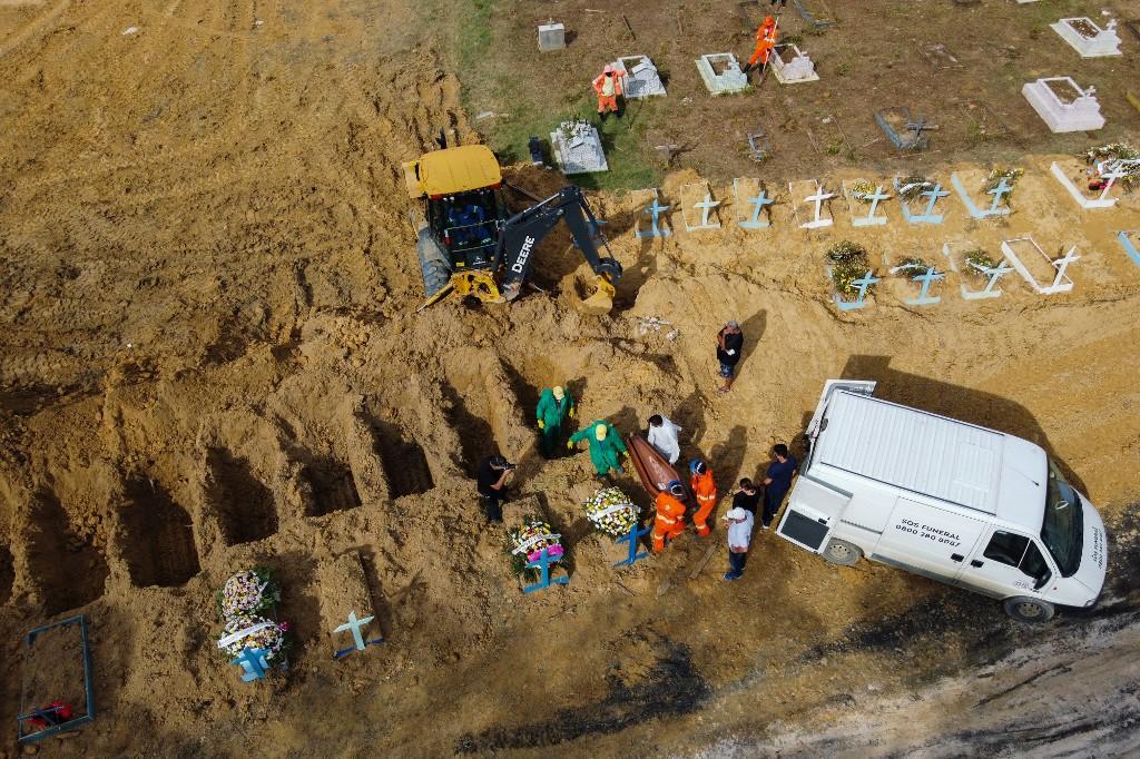 Enterro de vítimas da Covid-19 no cemitério de Nossa Senhora Aparecida, em Manaus