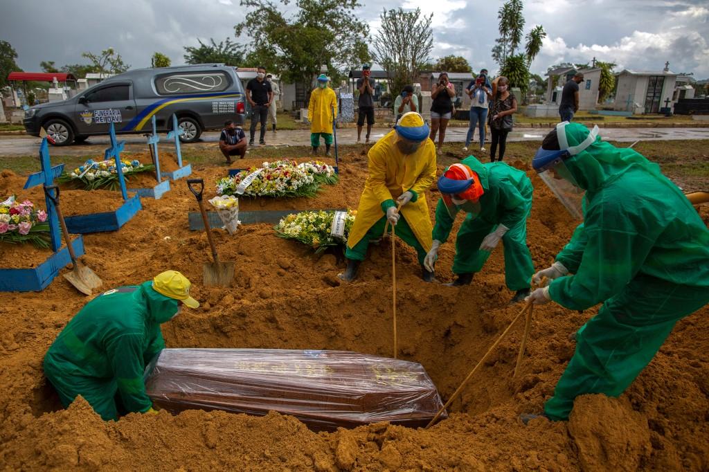 Manaus vive caos na saúde pública e bate recordes de enterros