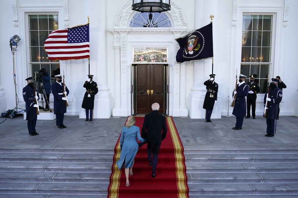O presidente Joe Biden e a primeira-dama Jill Biden entram na Casa Branca