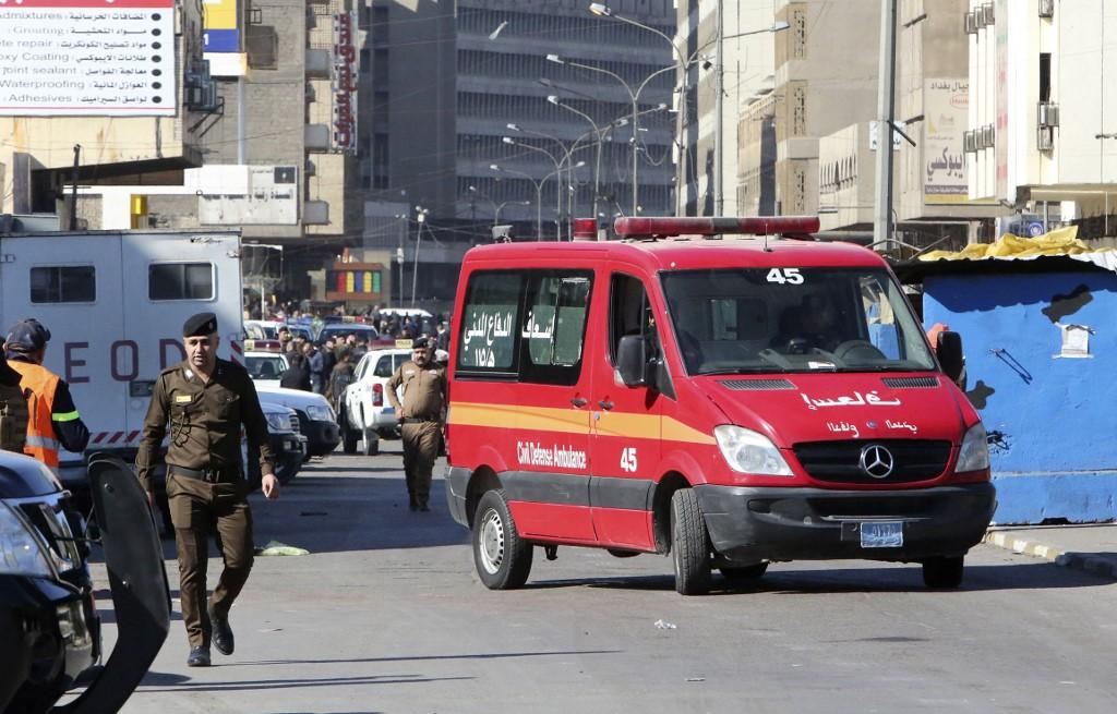 A imagem mostra a cena de um atentado suicida duplo em uma rua comercial movimentada no coração de Bagdá