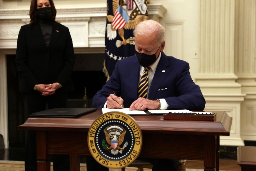 O presidente dos EUA Joe Biden assina uma ordem executiva