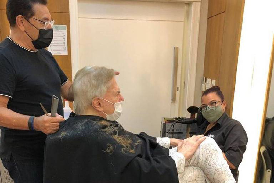 Silvio Santos corta o cabelo no Jassa