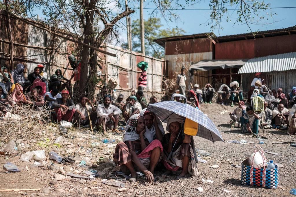 Pessoas aguardam distribuição de comida organizada pelo governo etíope na cidade de Alamata