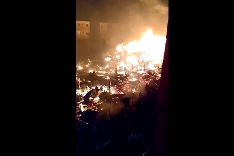 Incêndio destrói 250 barracos ao lado de prédios do Minha Casa Minha Vida no Rio de Janeiro
