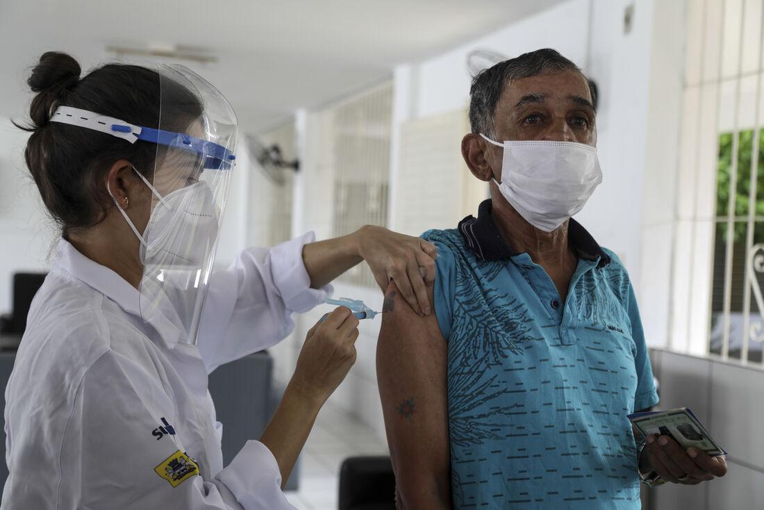 Imunização de idosos residentes em abrigos de longa permanência contra a Covid-19