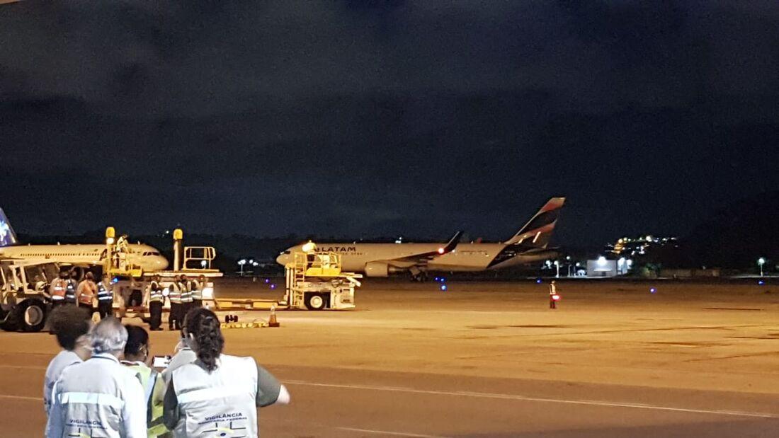 Avião com as primeiras vacinas para Pernambuco