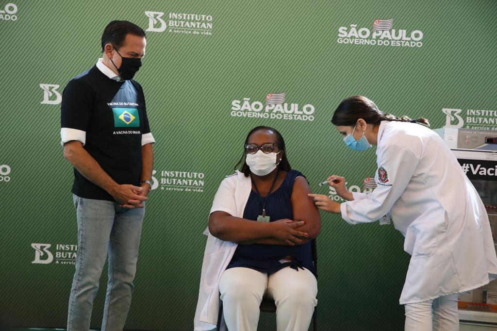 Monica Calazans, primeira brasileira vacinada em solo nacional contra a Covid-19