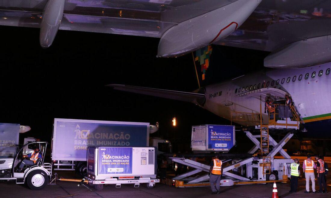 Doses sendo retiradas do voo